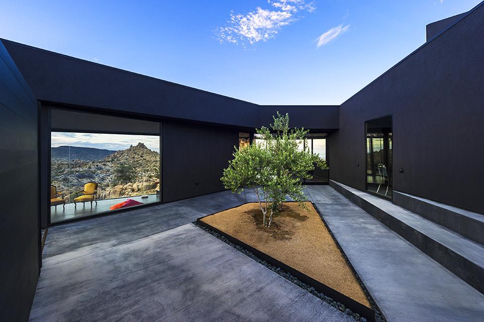 طراحی جذاب و چشم گیر عمارت بیابان سیاه در دره یوکا