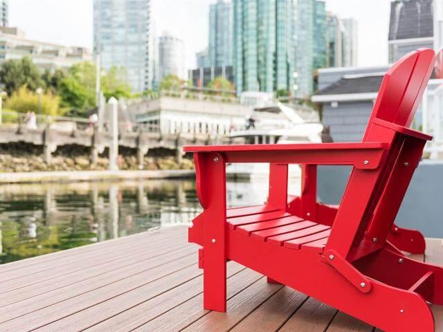خانه های مدرن و کوچک شناور به رنگ قرمز و آبی در ونکوور