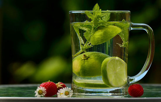 با نوشیدن آب با معده خالی، خوش اندامی زنان ژاپنی را داشته باشید