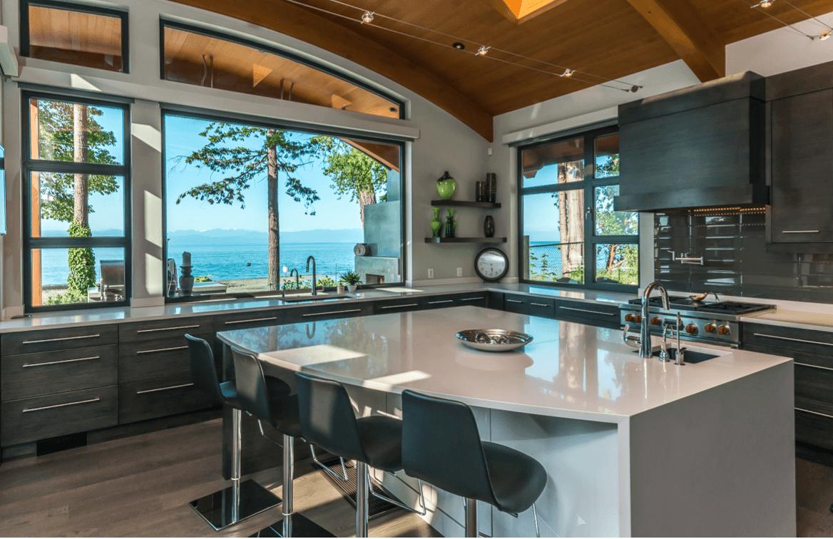 خانه هلالی شکل زیبا با دکوراسیون مدرن و خیره کننده در کانادا