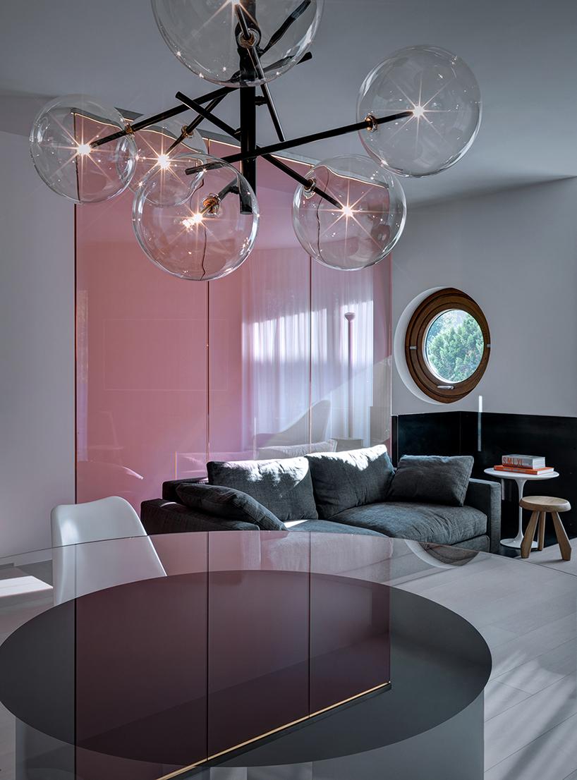 استخر زیرزمینی شیشه ای در آپارتمان مدرن دوبلکس در ایتالیا + تصاویر