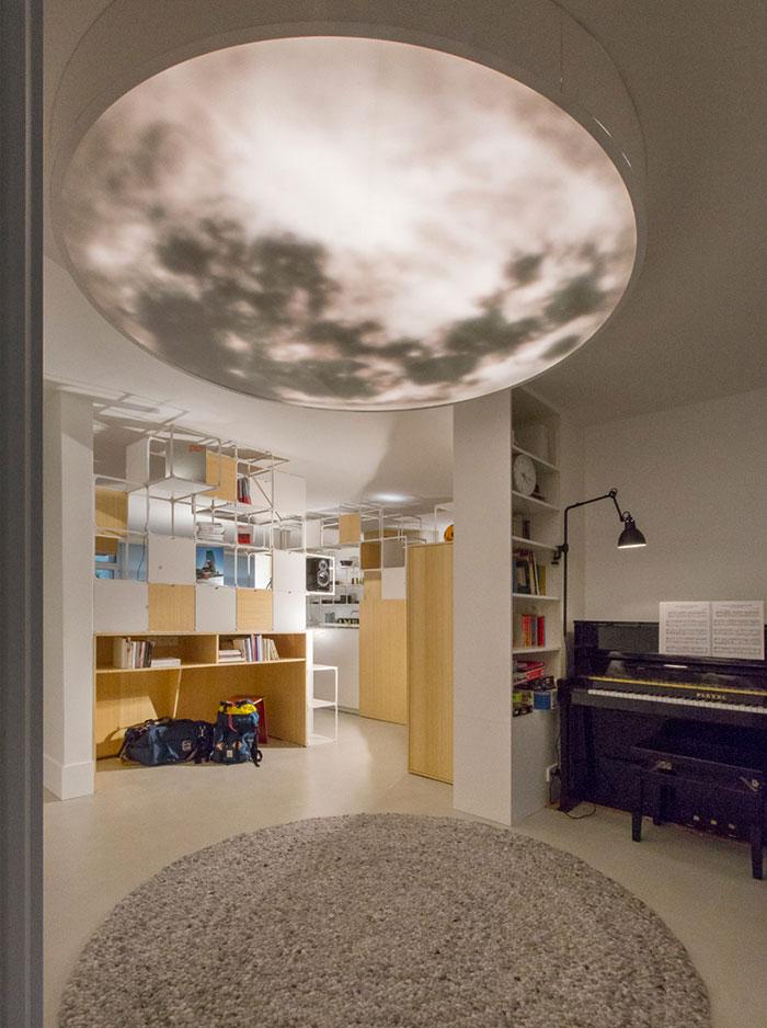 آپارتمان مدرن با دکوراسیونی از قاب های شبکه ای چندکاره در پاریس