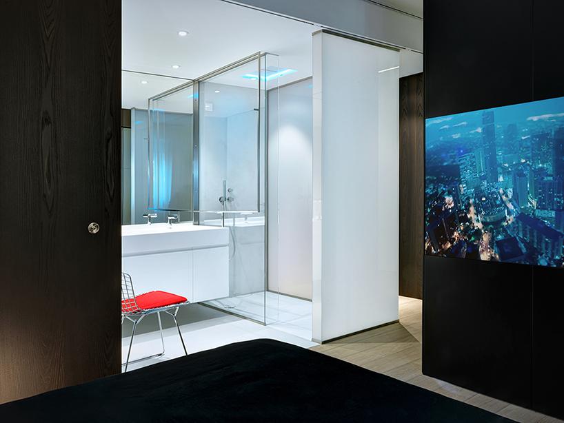 استخر زیرزمینی شیشه ای در آپارتمان مدرن دوبلکس در ایتالیا