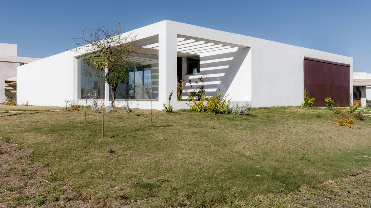 خانه مدرن و زیبا مناسب زندگی خانوادگی و دور از شلوغی در آرژانتین + تصاویر