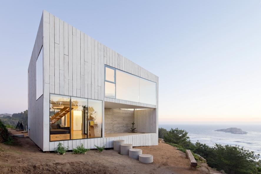 خانه مکعبی از چوب کاج و گچ سفید با چشم انداز دریا در شیلی + تصاویر