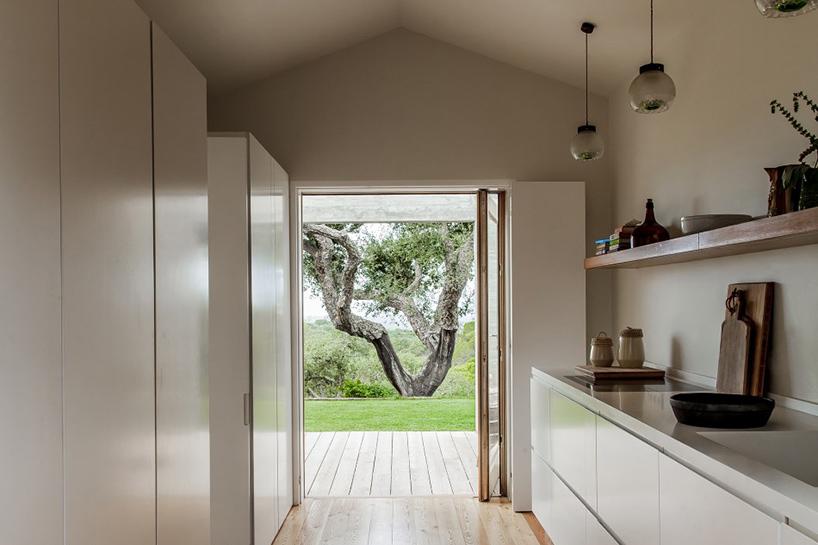 خانه ای زیبا با دکوراسیون بامبو و فضای داخلی سفید رنگ در پرتغال + تصاویر