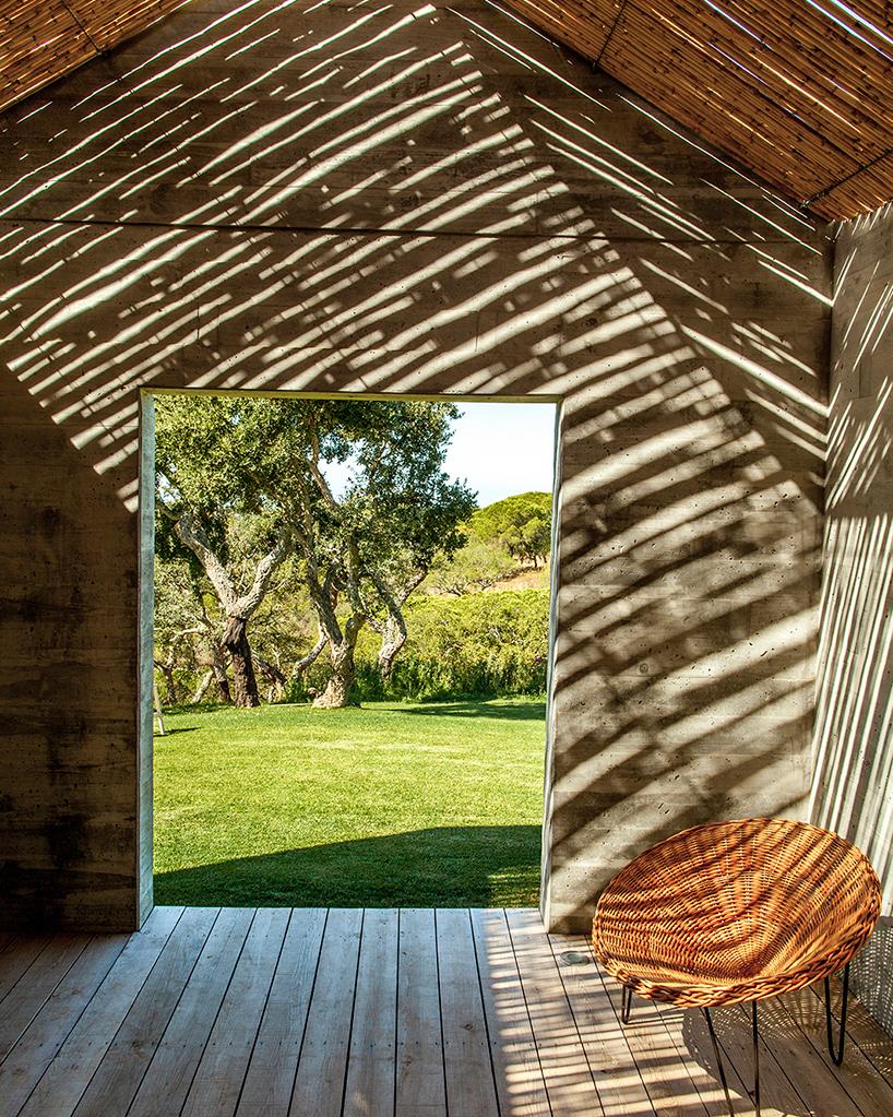 خانه ای زیبا با دکوراسیون بامبو در و فضای داخلی سفید رنگ
