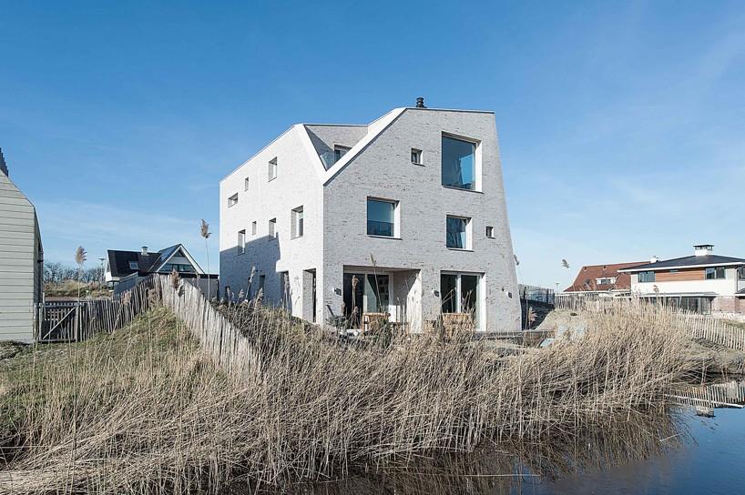 خانه سنگی مدرن در تپه های شنی هلند