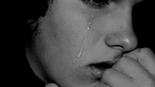 عمل بی شرمانه و زشت پدر و دوستانش،بیش از 500 بار، با دختر 13 ساله در مقابل دوربین