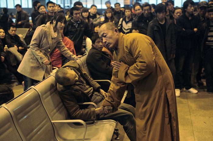 راهبی برای پیرمردی که در انتظار رسیدن قطار، فوت شد دعا می کند