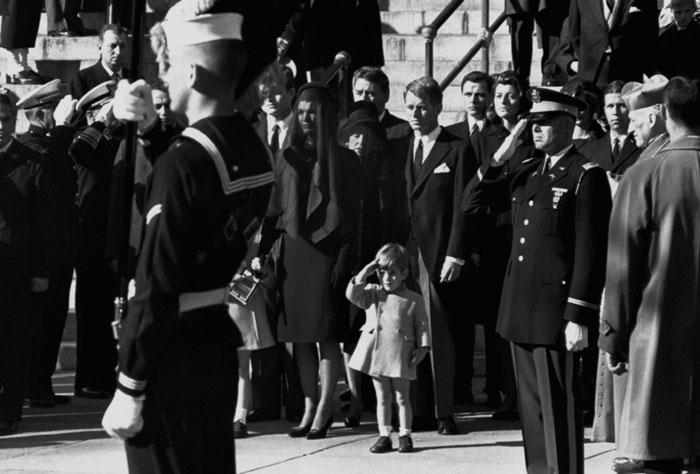 جان اف کندی جونیور در حال احترام به تابوت پدرش