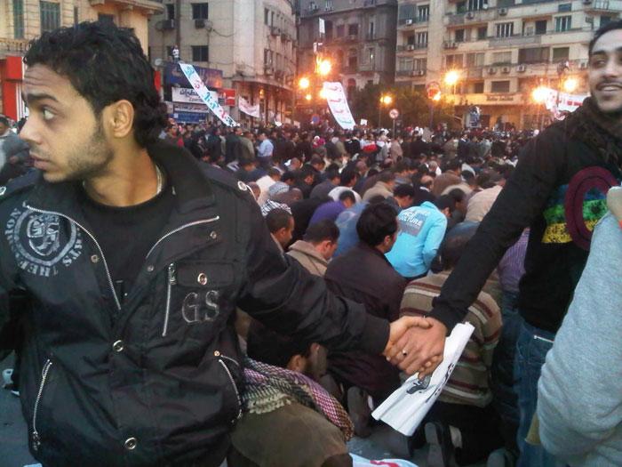 مسیحیان درحال محافظت از مسلمانان در حال نماز در تظاهرات قاهره