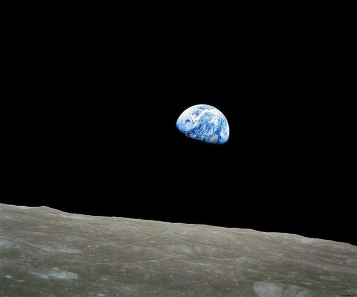 طلوع زمین: عکسی که توسط ویلیام اندرسن در ماموریت آپولو 8 در سال 1968 گرفته شد