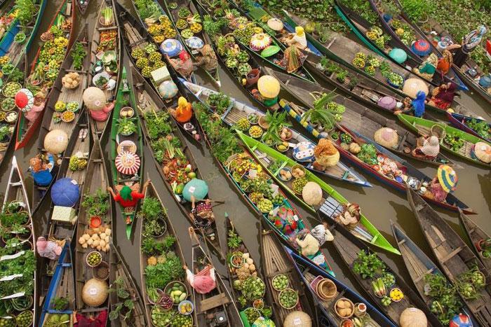 این عکس زیبا از یک بازار آبی گرفته شده است.