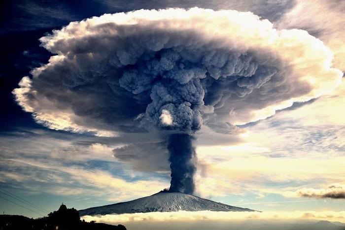 تصویری شگفت انگیز از خاکستر و گاز که از کوه به بالا می رود.