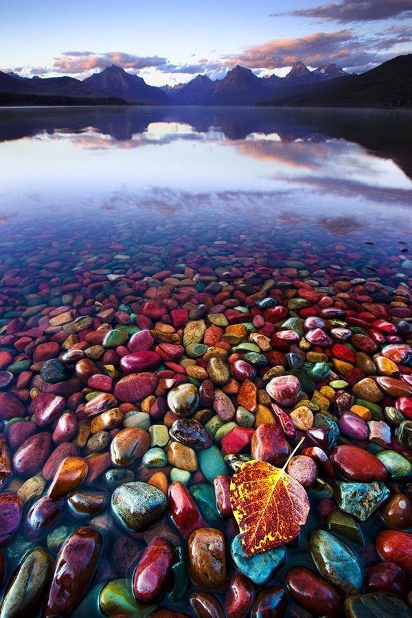 دریاچه پاپل شور واقع در پارک ملی گلیشر در مونتانای آمریکا