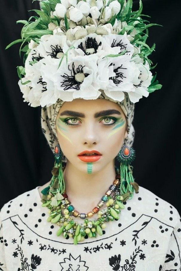 دخترانی با آرایش های عجیب و سنتی و تاجی از گل