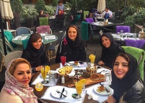عکس نرگس محمدی به همراه مادر و خواهرش در رستوران