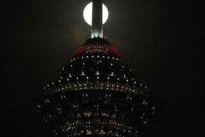 عکس های خیره کننده ماه کامل در کنار برج میلاد