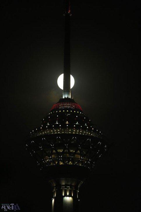 عکس های خیره کننده ماه کامل و برج میلاد