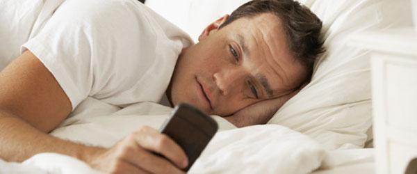 آیا تلفن تان را بلافاصله بعد از بیدار شدن از خواب چک می کنید؟