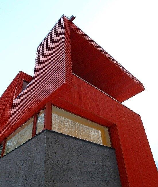 خانه قرمز با چشم انداز رو به جنگل