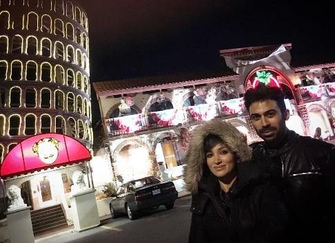 تیپ جالب روناک یونسی و همسرش در رستورانی در کانادا