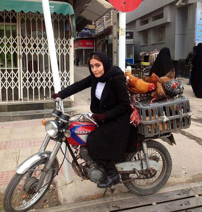 عکس:الناز شاکردوست سوار بر موتوری پر از مرغ