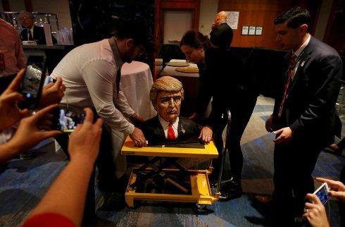 کیک پیروزی آقای رئیس جمهور در هتلی در منهتن نیویورک + تصویر