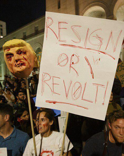 سر بریده ترامپ در مقابل برج ترامپ در نیویورک + عکس