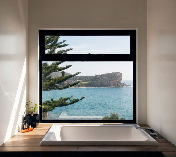 خانه فوق العاده زیبا با چشم انداز دریا و باغی روی سقف آن