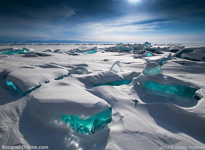 یخ های آبی در دریاچه بایکال، روسیه
