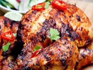 چگونه مرغ برشته با سیبزمینی شیرین و آویشن تهیه کنیم؟