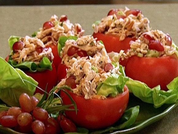 طرز تهیه عصرانه سالاد مرغ در گوجهفرنگی
