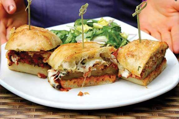 چگونه ساندویچ بادمجان و پارمسان تنوری ساده را تهیه کنیم؟