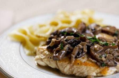 چگونه سینه مرغ را با سس قارچ مزه دار کنیم؟