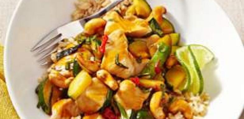 آموزش پخت غذای کم کالری جوجه تایلندی با ریحان و بادام هندی