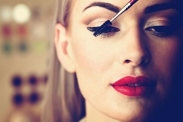 اشتباهاتی در آرایش کردن که ما را زشت میکند