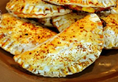 درست کردن کالزونه کالباس و ذرت یک غذای مشهور ایتالیایی