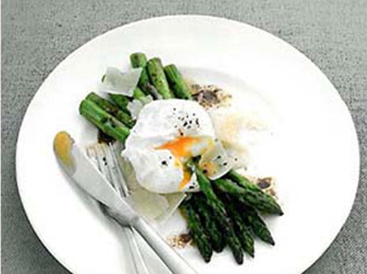 پخت مارچوبه و تخم مرغ تنگاب پز با کره ی بالزامیک یک غذای فانتزی
