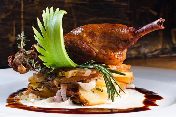 درست کردن اردک برشته با سالاد آناناس با استفاده از ادویه هندی