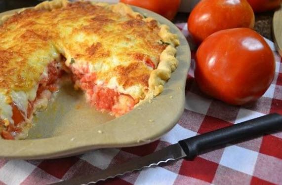 درست کردن پای گوجه فرنگی و پنیر همراه با ریحان تازه