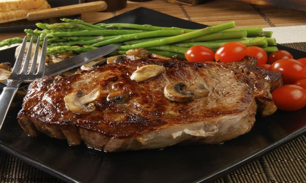 طرز پخت استیک گوشت شتر مرغ بهمراه سیر کوبیده