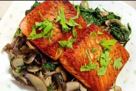 درست کردن ماهی با قارچ و اسفناج و سیر