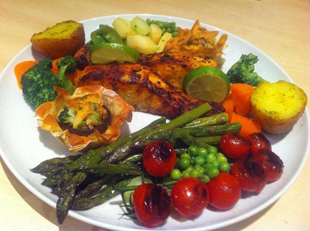 چگونه ماهی و سبزیجات در فر را تهیه کنیم؟
