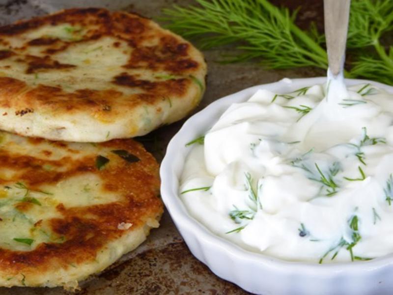 طرز تهیه پن کیک سیب زمینی و جعفری همراه با پنیر پارمزان