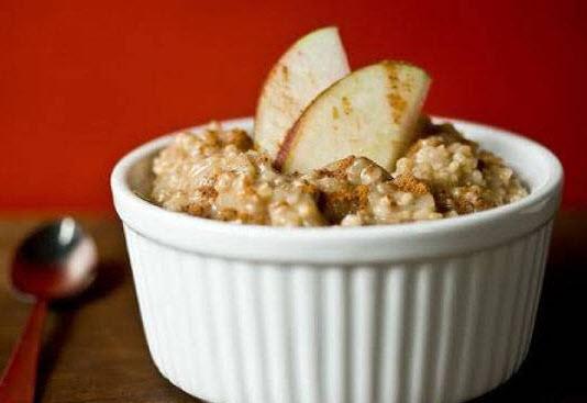 تهیه دسر سیب و جو پرک رژیمی با استفاده از دارچین و زنجبیل