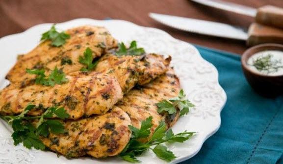 طرز تهیه کباب مرغ تند مراکشی با استفاده از گشنیز و جعفری