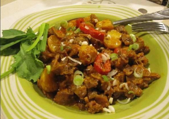 پخت خوراک دل مرغ همراه با استفاده از قارچ و سیر
