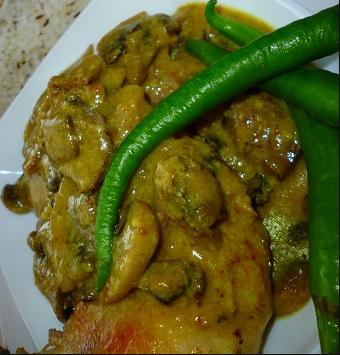 دستور پخت خوراک مرغ و قارچ با ادویه کاری با استفاده از خمیر مخصوص